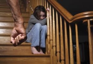 petite fille se cachant dans les escaliers