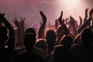jeunes à un concert