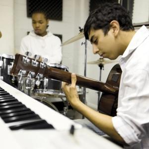 jeunes jouant de la musique