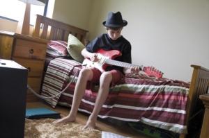 joueur de guitare dans sa chambre