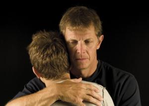 adulte consolant un jeune