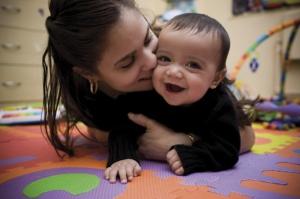 maman embrassant son bébé