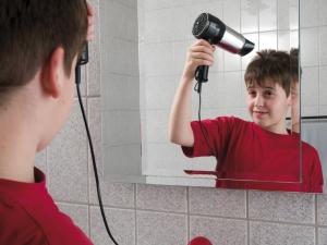 garçon utilisant un sèche-cheveux