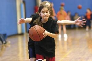jeunes filles jouant au basket