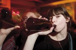 jeune buvant une bière