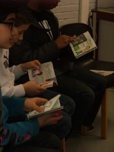 Jeunes lisant le guide DouzQuinz.be